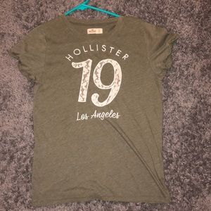 A olive green hollister T-Shirt💚